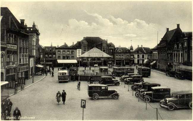 a705e386935 Ansicht uit 1933 met een overzicht van de Markt. Midden op het plein staat  een kiosk. Een dan nog zeldzaam verkeersbord vertelt dat de ruimte op de ...